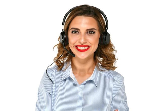 Alegre chica brillante con auriculares, hermosa sonrisa, labios rojos, camisa azul