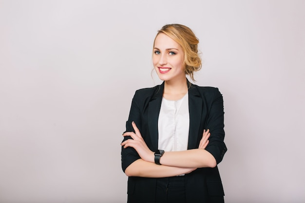 Alegre empresaria rubia confiada en traje sonriendo aislado. trabajador moderno, secretario, ejecutivo, exitoso y alegre estado de ánimo.
