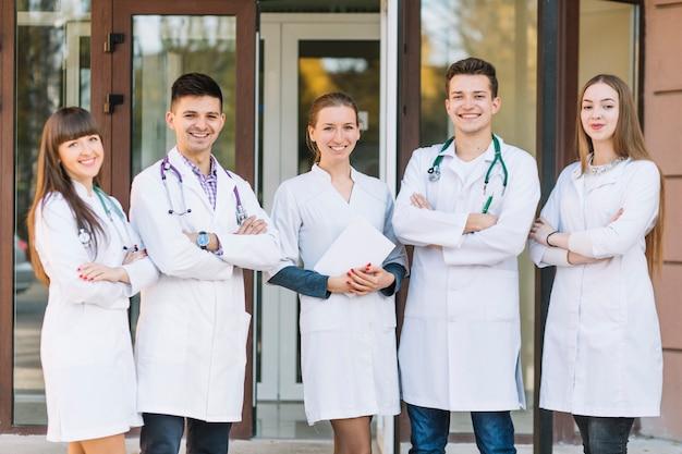 Alegre equipo de médicos