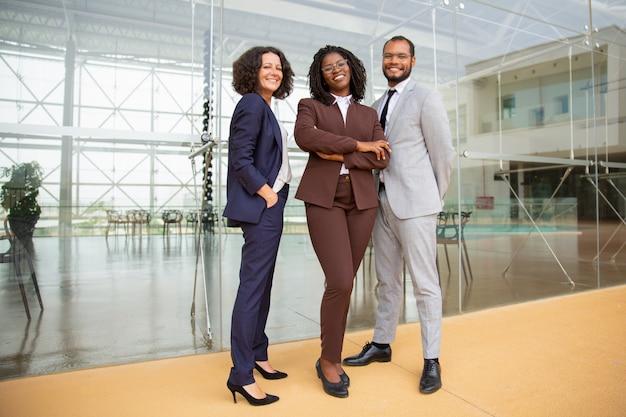 Alegre equipo empresarial multiétnico