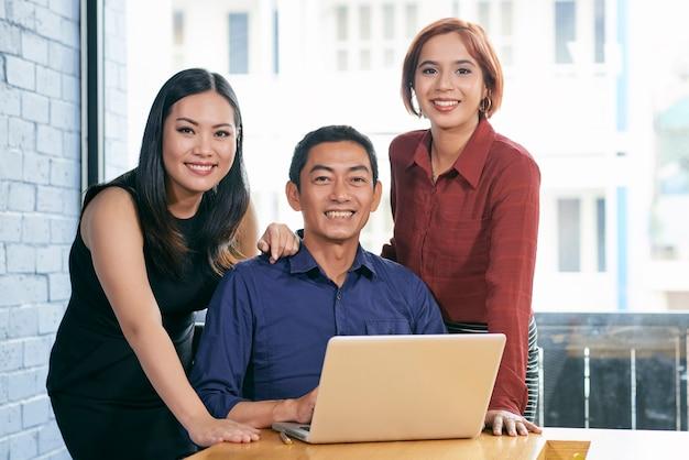 Alegre equipo de negocios