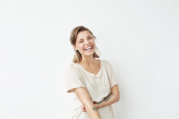 Alegre feliz hermosa joven sonriente riendo.