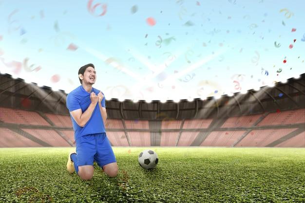 Alegre futbolista asiático celebrando la victoria