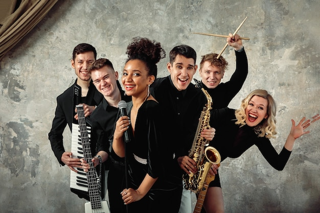 Alegre grupo de música internacional con varios instrumentos.