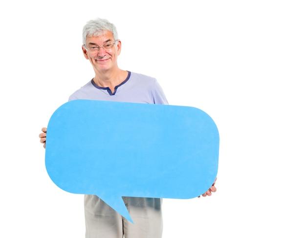 Alegre hombre maduro casual sosteniendo la burbuja del discurso