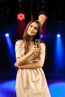 Alegre joven empresa celebra cumpleaños en una discoteca.