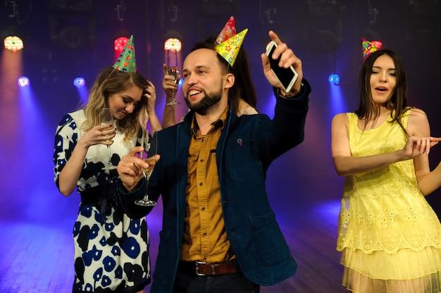 Alegre joven empresa celebra cumpleaños en una discoteca