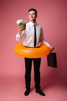 Alegre joven empresario con anillo de goma