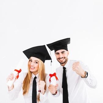 Alegre joven graduándose en pareja