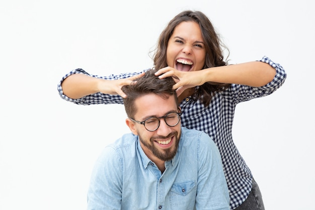 Alegre joven pareja divirtiéndose