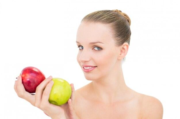 Alegre modelo bastante rubia con dos manzanas