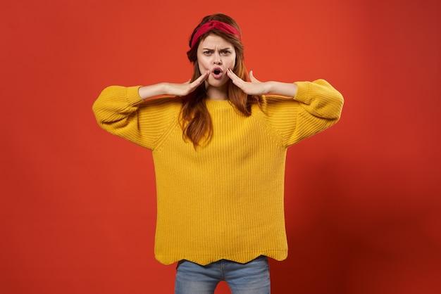 Alegre mujer pelirroja en suéter amarillo emociones moda streetwear