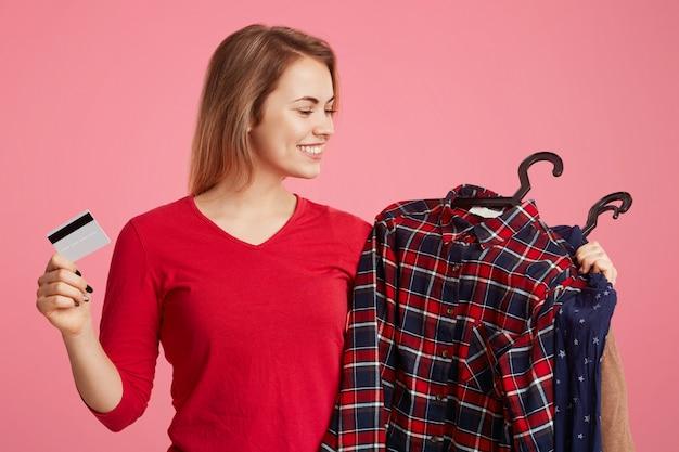 Alegre mujer sonriente hace compras exitosas