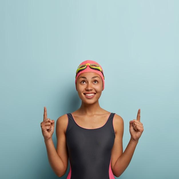 Alegre nadadora atractiva posando con gafas