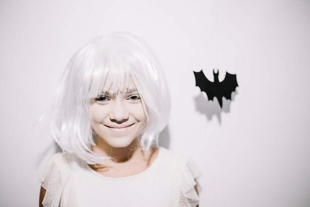 Alegre niña con el murciélago