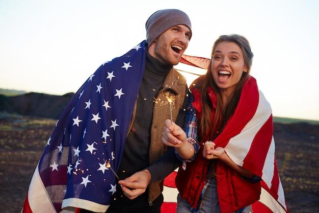 Alegre pareja estadounidense en la naturaleza