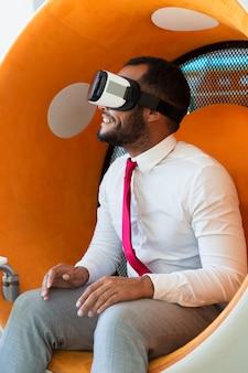 Alegre profesional asombrado viendo presentación virtual