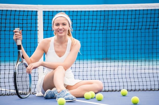 Alegre tenista en la corte