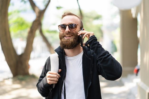 Alegre turista disfrutando de llamada internacional.