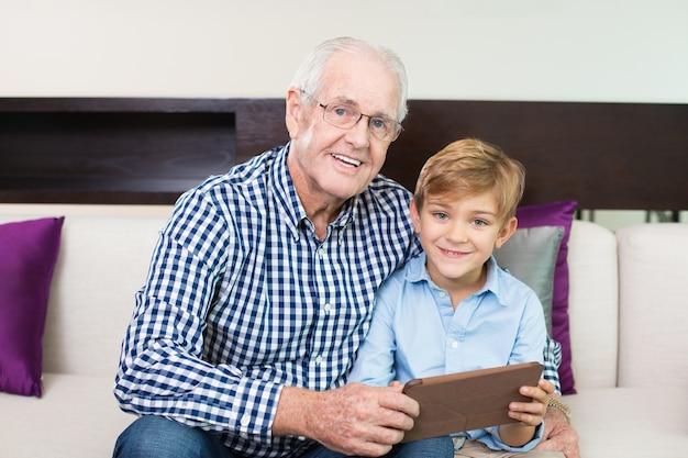 Alegre unión abuelo looking marco