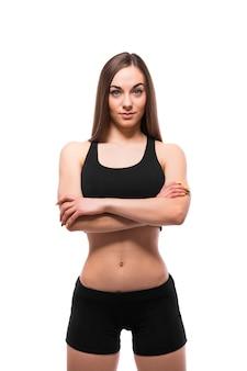 Alegremente sonriente mujer deportiva de raza mixta mirando a la cámara, aislado sobre fondo blanco.