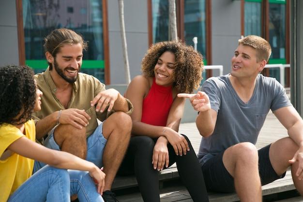 Alegres amigos cercanos bromeando, discutiendo