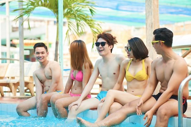 Alegres amigos en la piscina