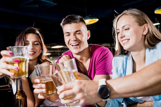 Alegres amigos en el pub.