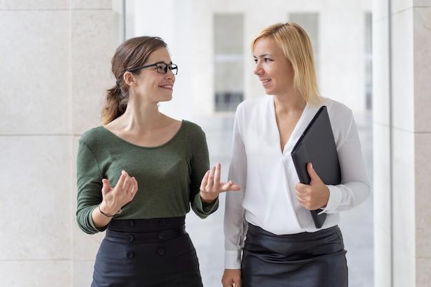 Alegres gerentes femeninos charlando