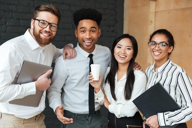Alegres jóvenes colegas de negocios