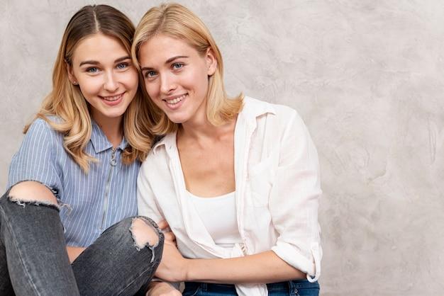Alegres mujeres jóvenes juntas