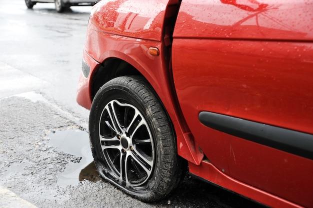 Aleta delantera izquierda y rueda del accidente automovilístico rojo