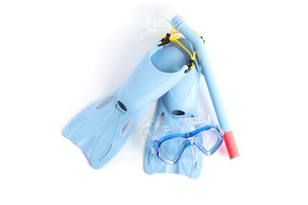 Aletas, snorkel y máscara de buceo aislado sobre fondo blanco.