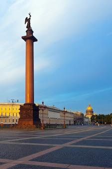 Alexander columna en la plaza del palacio