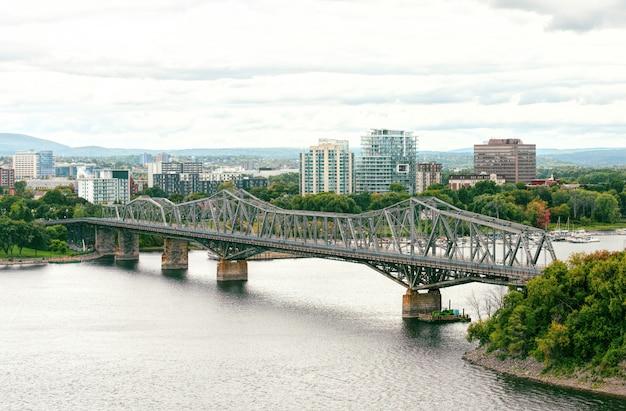 Alexandra bridge en día nublado en ottawa