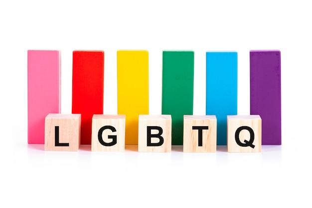 Alfabético de lgbtq y colorido bloque de madera sobre fondo blanco.