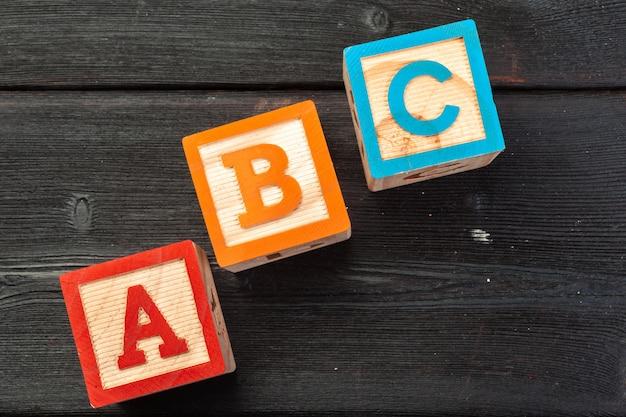 Alfabeto bloques abc cerca, concepto de educación