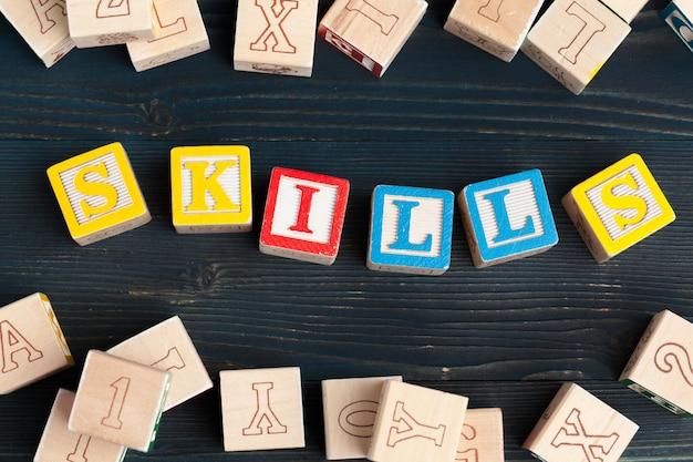 Alfabeto bloques abc en mesa de madera. texto - habilidades