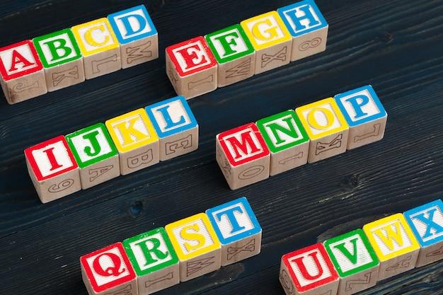 Alfabeto bloques abc en mesa de madera.