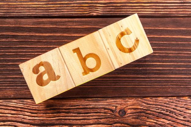 Alfabeto de bloques de madera sentar en el piso de madera