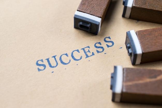 Alfabeto letra palabra éxito de fuente de letras de sello en papel