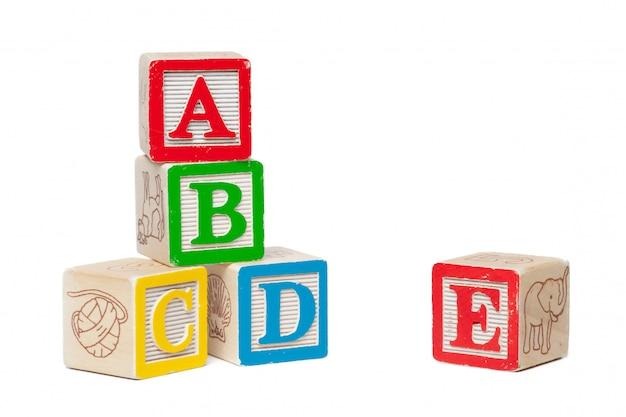 Alfabeto de madera bloques aislados en blanco