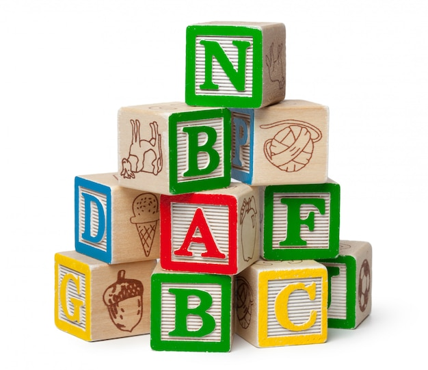 Alfabeto de madera bloques aislados sobre fondo blanco.