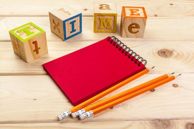 Alfabeto de madera cubos con cuaderno