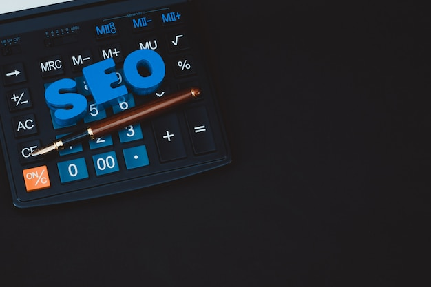 Alfabeto de texto seo para el concepto de optimización de motor de búsqueda