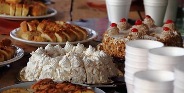 Alfajores tortas fritas y churros a la venta en la feria de la calle