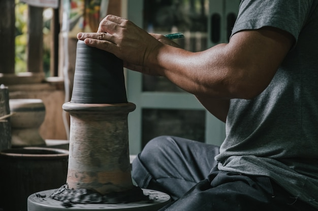 Alfarero artesano haciendo olla de arte