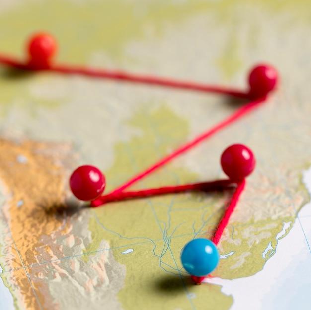 Alfileres azules y rojos en el mapa
