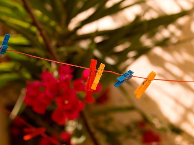 Alfileres de ropa colorida en rhodes grecia