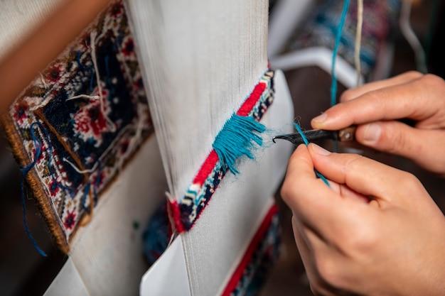 Alfombra de tejer con hilos azules